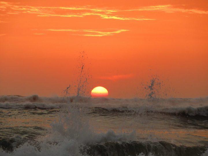 Sunset with ocean splash at Máncora Peru, Travel Blog Peru